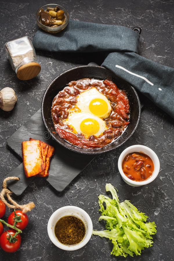 Shakshuka,在西红柿酱的荷包蛋在铁平底锅 典型的以色列食物 库存照片