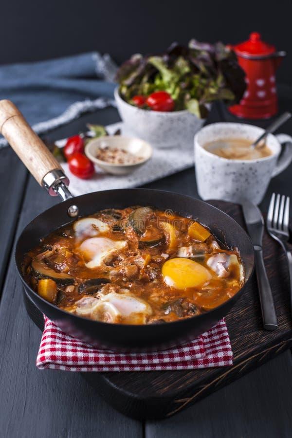 Shakshuka, τηγανισμένα αυγά στη σάλτσα ντοματών για Πάσχα Brunch Τοπ όψη στοκ φωτογραφία