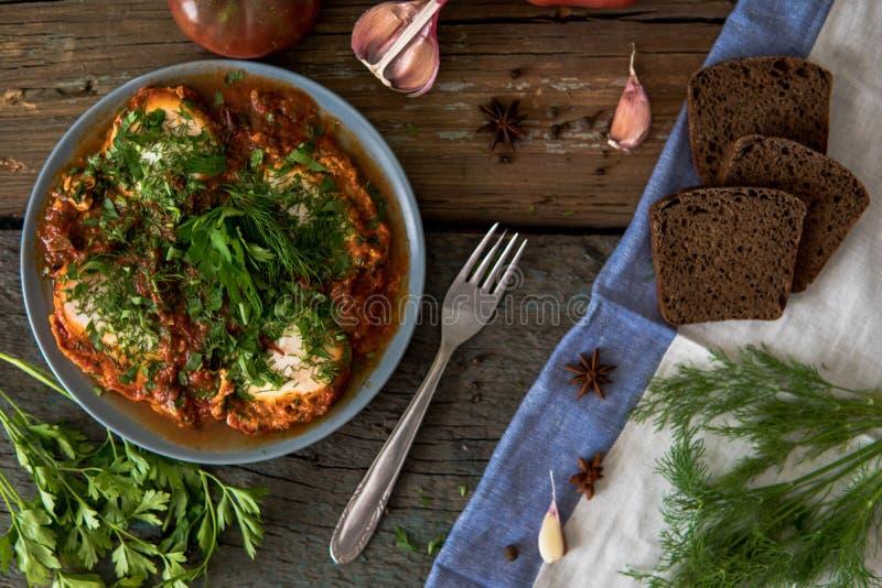 Shakshuka - judiskt traditionellt recept stekte frukostägg royaltyfri foto