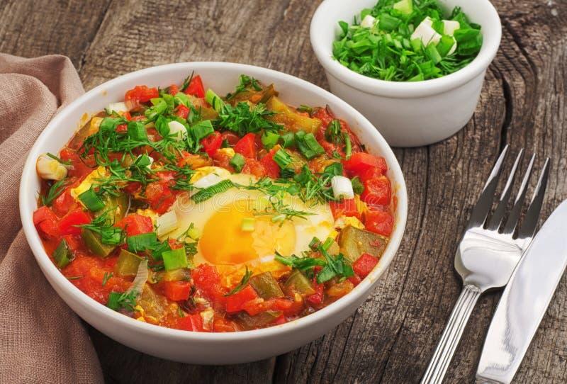 Shakshuka met tomaten en eieren stock afbeelding