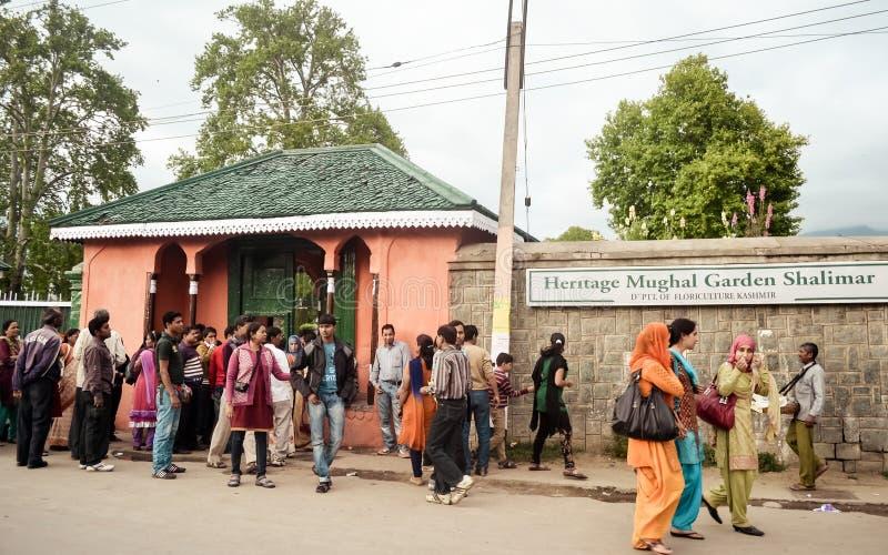 Shalimar Bagh Mughal trädgård, Januari 10 2019: Det turist- folket som går utanför Shalimar Bagh av trädgårdsnäring, kallade ocks royaltyfria foton