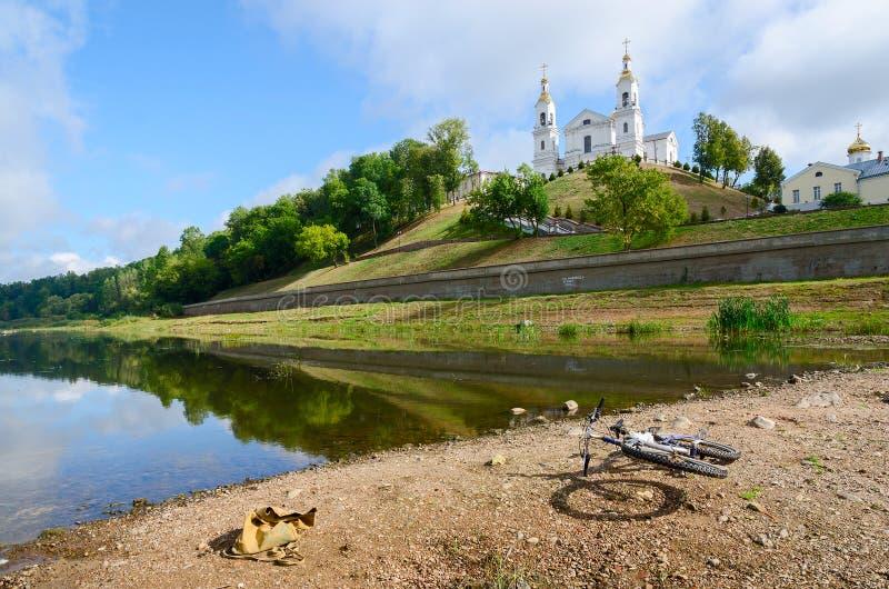Shallowing της δυτικής κοίτης του ποταμού Dvina λόγω του ξηρού καλοκαιριού, Βιτσέμπσκ στοκ φωτογραφία