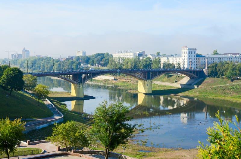 Shallowing du lit de rivière occidental de Dvina dû à l'été sec, Vitebsk photo stock