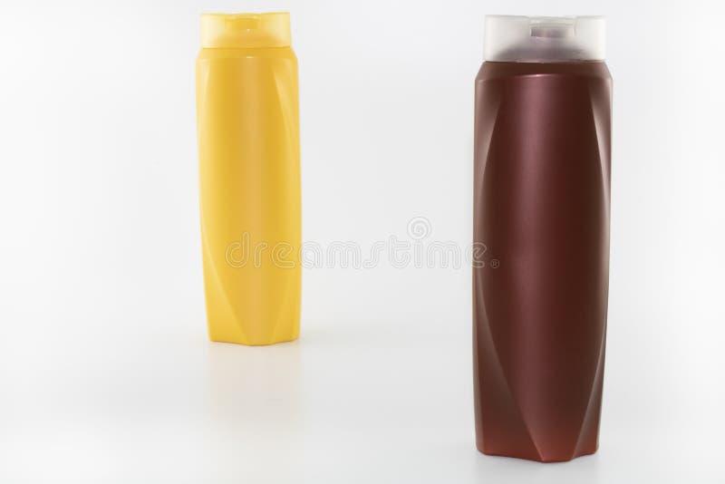 Shampoo, befeuchtende Flaschen in den braunen, wei?en, gelben Farben stockfoto