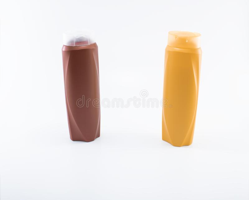 Shampoo, bevochtigende flessen in bruine, witte, gele kleuren stock foto
