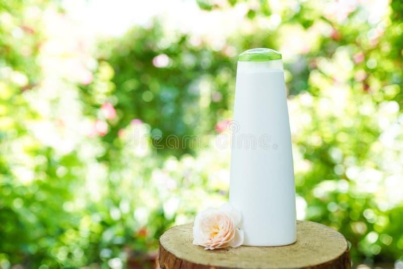 Shampoo of douchegel op houten natuurlijke achtergrond, exemplaarruimte Organische schoonheidsmiddelen stock fotografie