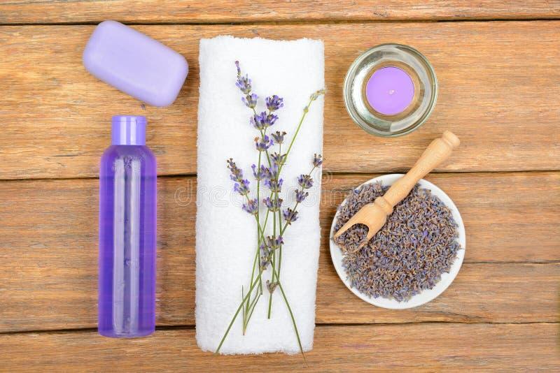 Shampoo, douchegel, vloeibare zeep, aromatische kaars op houten su stock foto's