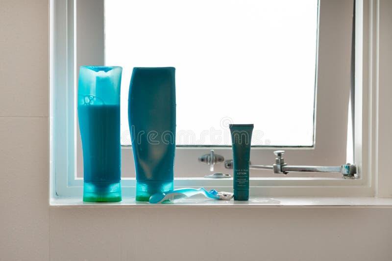 Shampoo en andere punten op vensterrichel stock foto