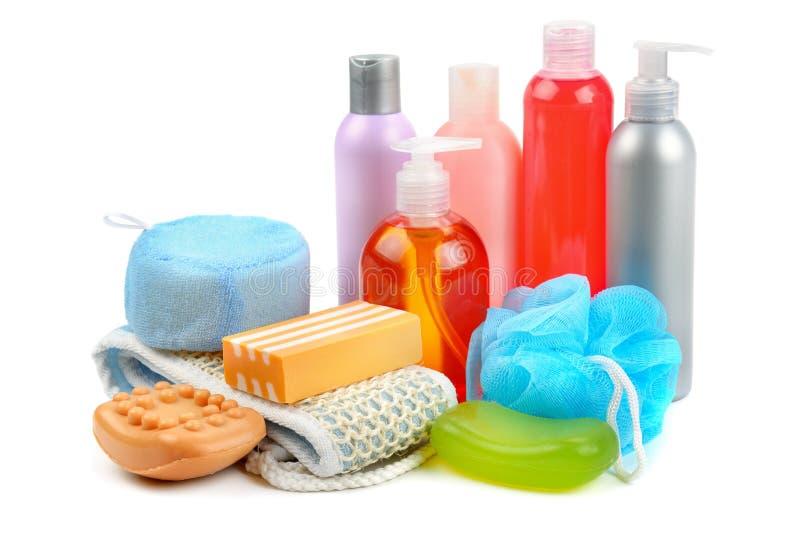 Shampoo, Seife und Badeschwamm lokalisiert auf weißem Hintergrund lizenzfreie stockfotografie