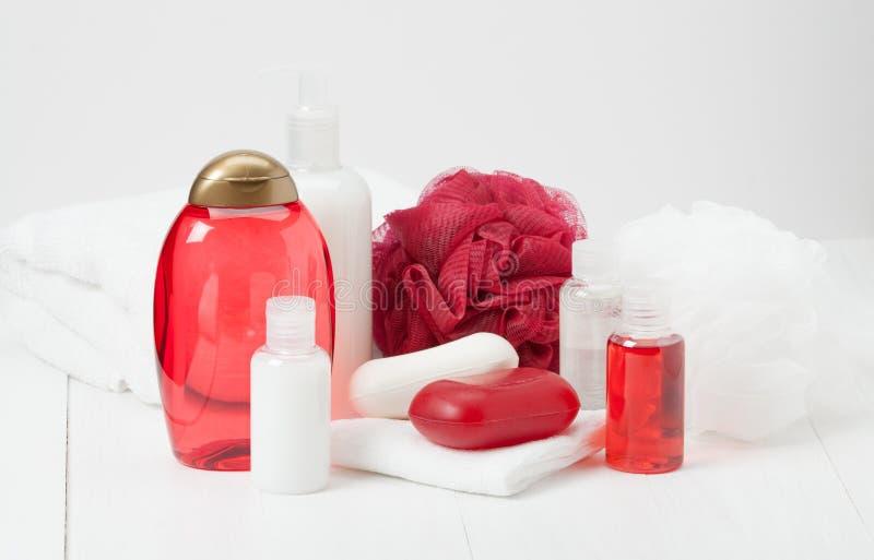 Shampoo, Stück Seife und Flüssigkeit Toilettenartikel, Badekurort-Ausrüstung stockbild