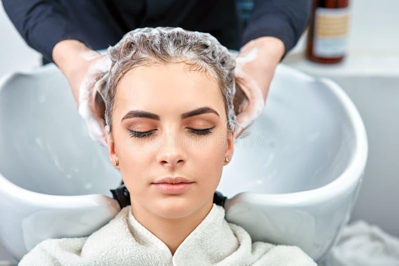Shampoo voor haar, schoonheidssalon, haarwas royalty-vrije stock afbeeldingen