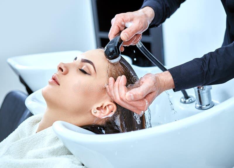 Shampoo voor haar, schoonheidssalon, haarwas stock afbeeldingen