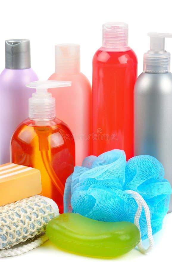 Shampoo, zeep en badspons op witte achtergrond wordt geïsoleerd die stock afbeeldingen