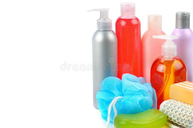Shampoo, zeep en badspons op witte achtergrond wordt geïsoleerd die Vrij stock afbeeldingen