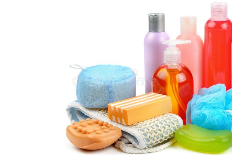 Shampoo, zeep en badspons op witte achtergrond wordt geïsoleerd die Vrije ruimte voor tekst stock afbeelding