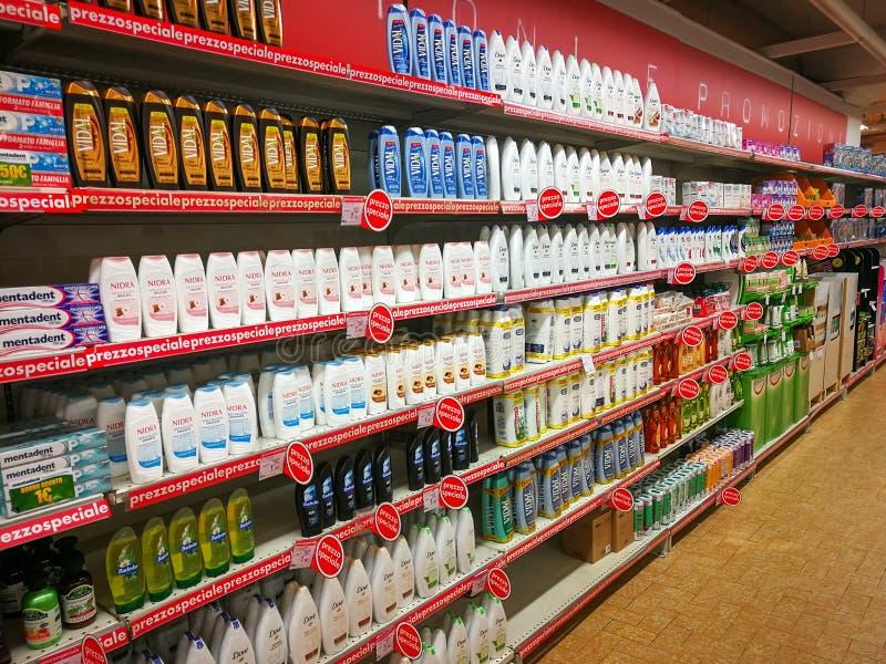 Shampoo, zeep en persoonlijke verzorgingproductenafdeling stock fotografie
