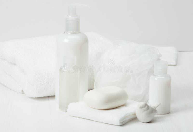 Shampooing, barre de savon et liquide Articles de toilette, kit de station thermale photos libres de droits