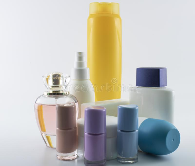 Shampooing, cr?me du soleil, vernis ? ongles, parfume photographie stock
