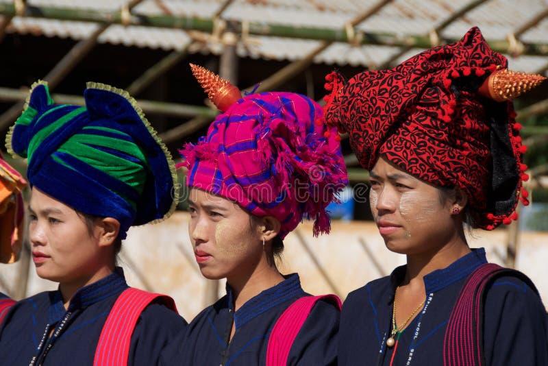 Shan Women en sus abrigos tradicionales de la cabeza en el lago Inle, Myanmar imagen de archivo