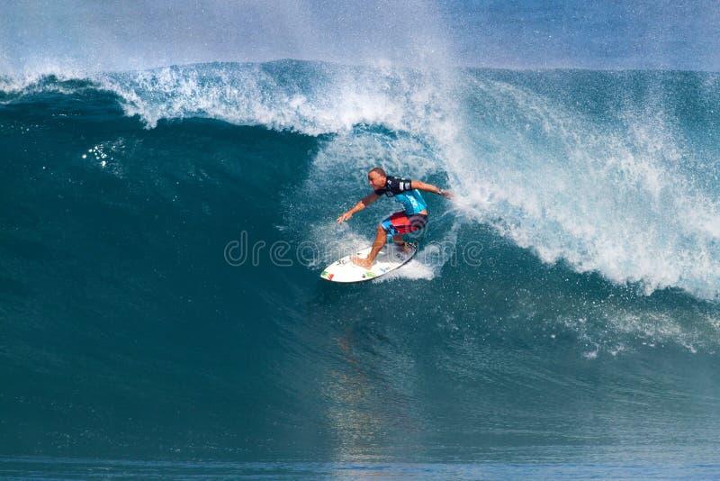 Shane Dorian, der in Vorbereitung Originale surft lizenzfreie stockbilder