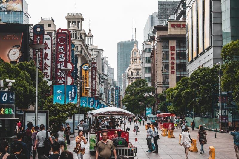 Shangai céntrica adonde la gente está caminando en las calles foto de archivo