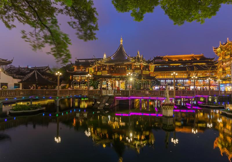 Shangai, China - 22 de mayo de 2018: Calle vieja cerca del jardín G de Yuyuan imágenes de archivo libres de regalías