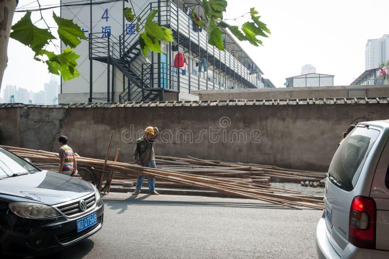 SHANGAI, CHINA - junio de 2018: Trabajador de construcción chino que limpia el sudor con el brazo, persona aislada fotografía de archivo libre de regalías