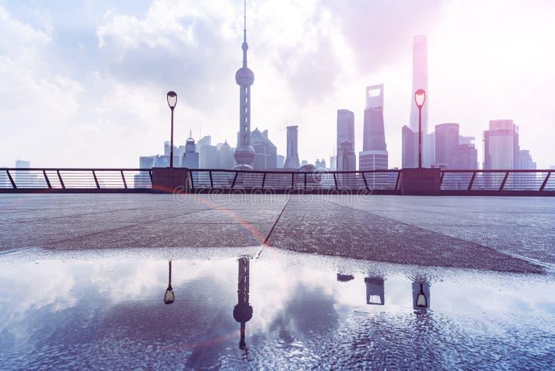 Shangai China octubre de 2017: Horizonte de Shangai de la Federación en el río Huangpu fotografía de archivo