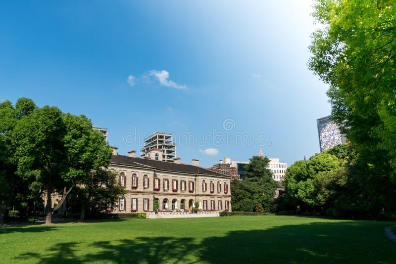 Shangai China septiembre de 2017: el edificio europeo del hotel del estilo en el medio del jardín verde foto de archivo