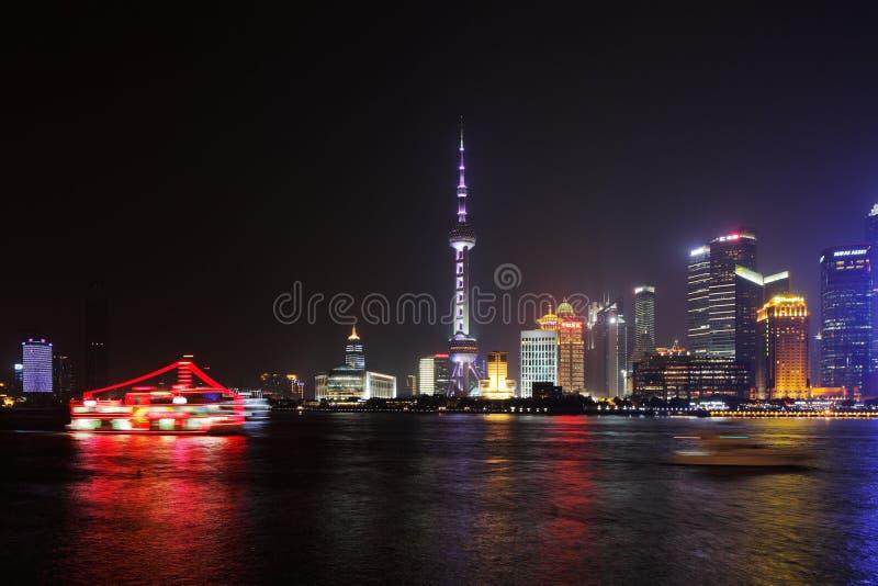 Shangai, China: Una opinión del horizonte a través de la Federación en la noche foto de archivo