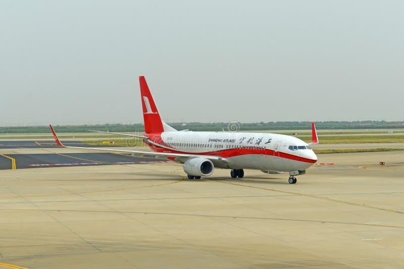 Shanghai Airlines 737 en el aeropuerto de Pudong, China fotografía de archivo libre de regalías
