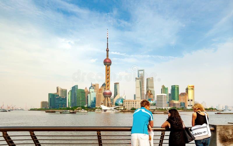 Shanghai Bund och turister royaltyfria bilder