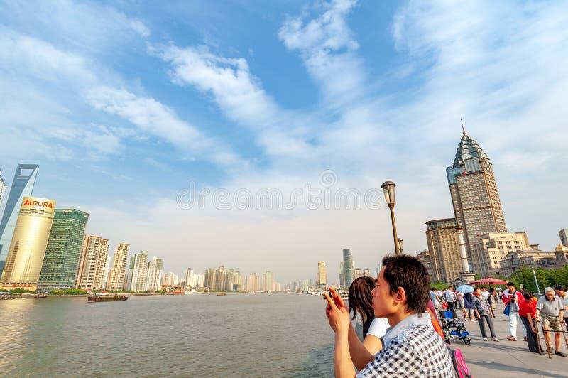 Shanghai Bund och turister royaltyfri fotografi
