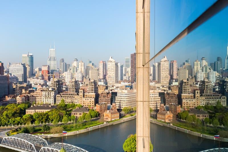 Shanghai bunden med reflexion på exponeringsglas royaltyfri fotografi
