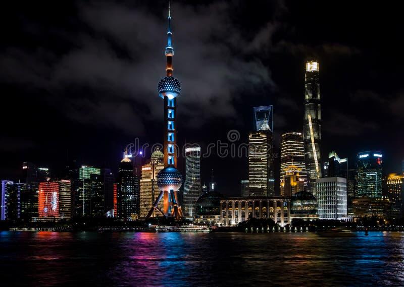 Shanghai, China - Augustus 22, 2017: Een nachtmening van skyscrape royalty-vrije stock foto