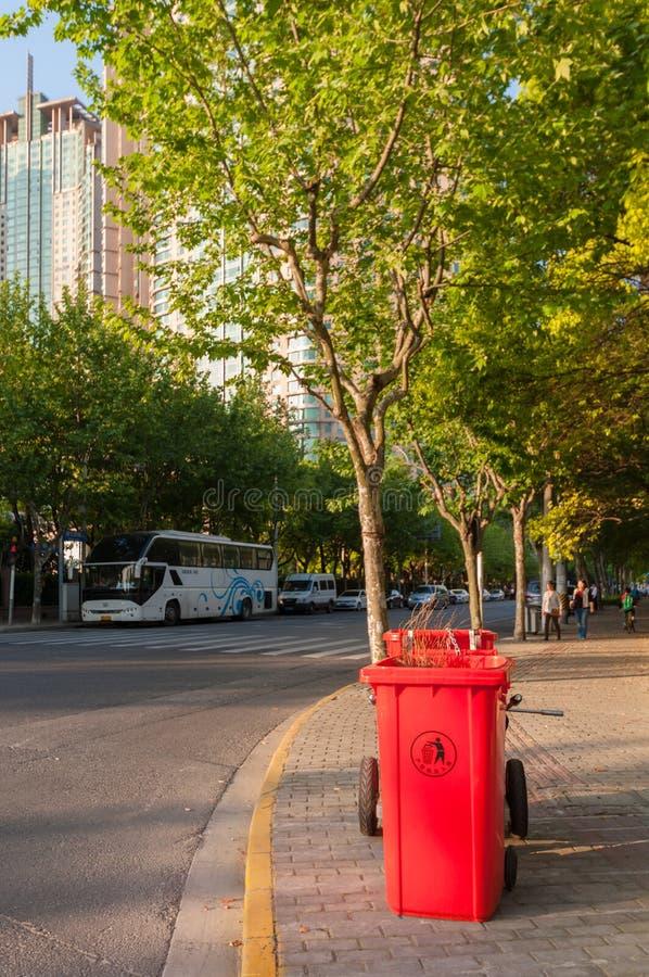 Shanghai, China - 30 de abril de 2017: lata de lixo vermelha no passeio mim fotos de stock