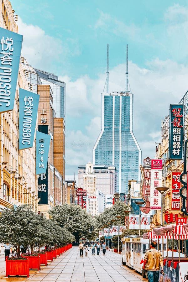 SHANGHAI, CHINA - 24 DE MAIO DE 2015:Linda visão da rua Shanghai Nanjing Lu A rua Shanghai Nanjing Lu tem muitos shopping moderno fotografia de stock