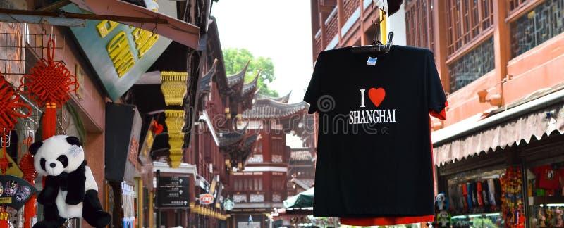 SHANGHAI, CHINA - 7 de maio de 2017 - t-shirt da lembrança na rua do mercado perto do jardim de Yu, Shanghai fotos de stock royalty free
