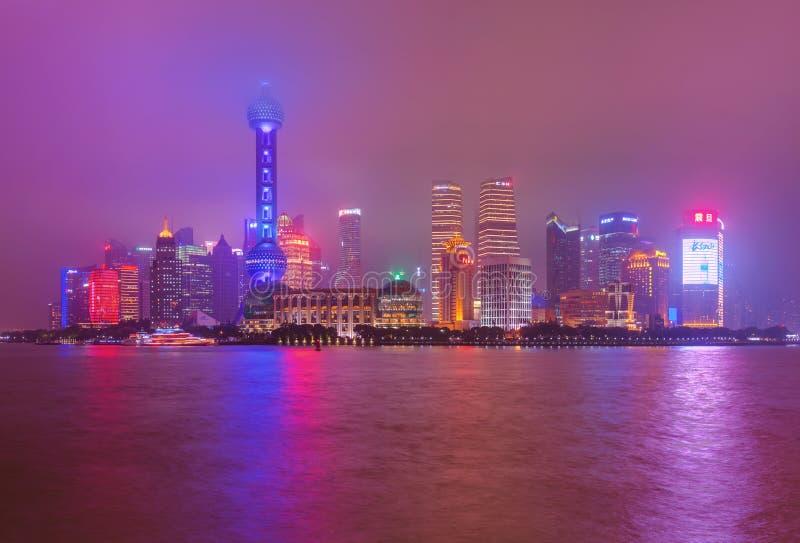 Shanghai, China - 21 de maio de 2018: Uma opinião da noite do Pudon moderno imagens de stock