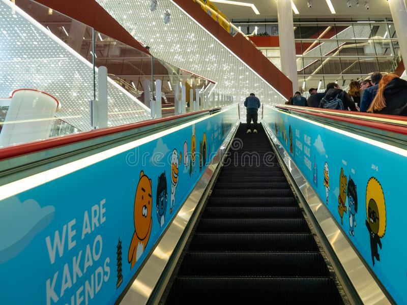 SHANGHAI, CHINA - 12. MÄRZ 2019 - ein Mann auf einer Rolltreppe innerhalb Einkaufszentrums HKR Taikoo Hui an Nanjing-Oststraße Na lizenzfreies stockbild