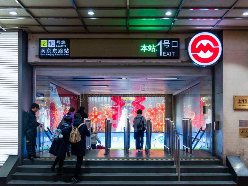 SHANGHAI, CHINA - 12. MÄRZ 2019 – Front der Ost-Metrostation Nanjing-Straßen-Nanjings Dong Lu am Abend stockbild