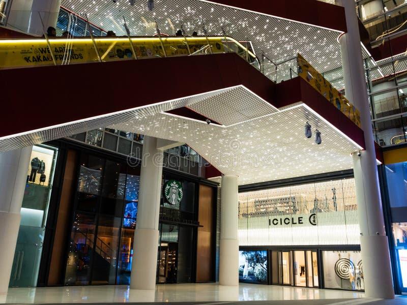 SHANGHAI, CHINA - 12. MÄRZ 2019 - Froschperspektive des Einkaufszentrumäußeren HKR Taikoo Hui in Nanjing Dong Lu, Shanghai, China lizenzfreie stockfotos