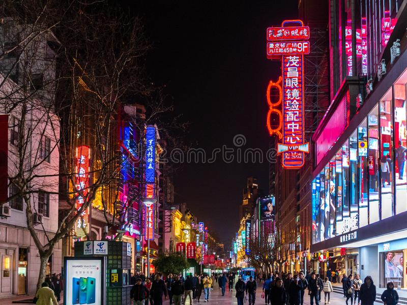 SHANGHAI, CHINA - 12. MÄRZ 2019 – Nacht-/Evening-Ansicht der Lichter, der Käufer und der Fußgänger entlang Nanjing-Oststraße Nanj stockbilder