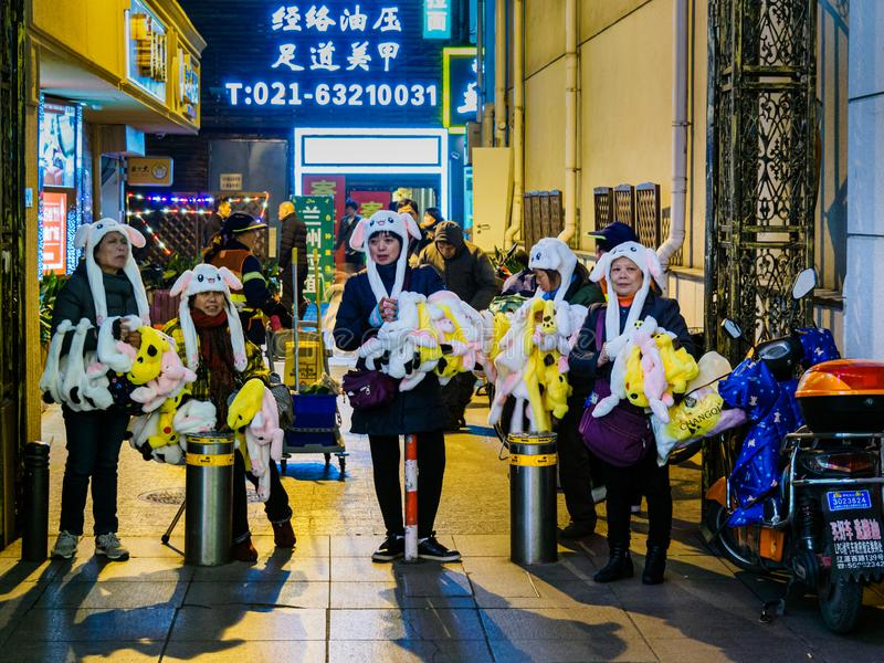 SHANGHAI, CHINA - 12. MÄRZ 2019 – Straßenhändler verkaufen Pokemon-Waren entlang Ost-Fußgänger Nanjing-Straßen-Nanjings Dong Lu stockfotografie