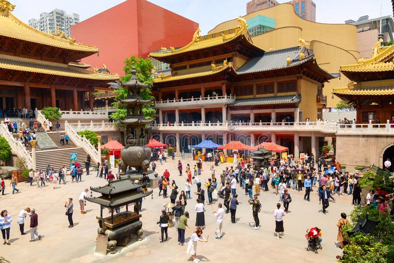 Shanghai, China - mag, 2019: Binnenland van beroemd boeddhistisch Jing An Temple in Shanghai, China royalty-vrije stock afbeelding