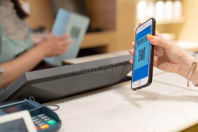 SHANGHAI, CHINA - MAG, 2018: De betaling van de Qrcode, online winkelend, vrouwenhand houdt smartphone voor betaling stock foto