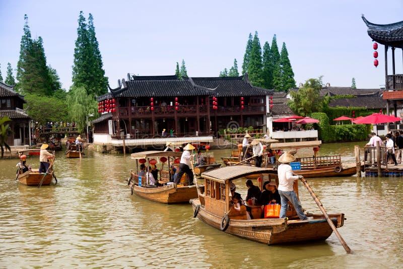 Shanghai, China - mag, 2019: Traditionele de toeristenboten van China op kanalen van de Oude Stad van Shanghai Zhujiajiao in Shan royalty-vrije stock foto