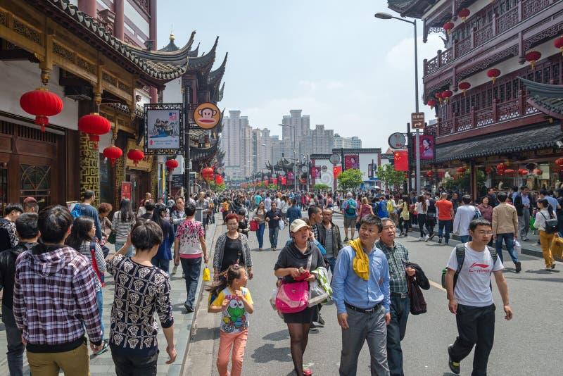 SHANGHAI, CHINA - MEI 3, 2015: de mensen lopen op straat dichtbij Yu royalty-vrije stock afbeelding