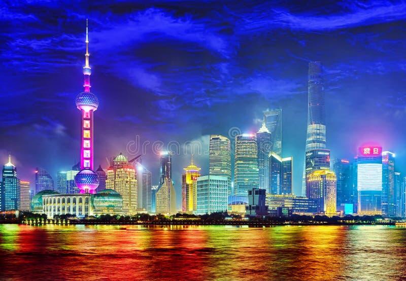 SHANGHAI, CHINA - MEI 24, 2015: Mooie en bureauwolkenkrabbers royalty-vrije stock afbeelding