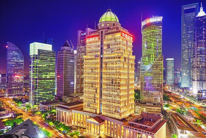 SHANGHAI, CHINA - MEI 24, 2015: Mooie en bureauwolkenkrabbers royalty-vrije stock fotografie